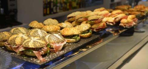 Nuestra barra se llena de pinchos, sándwiches y bocadillos con distintos panes