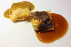 Ravioli de conejo al azafráz y láminas de trufa