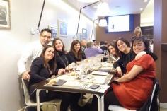 Amigas disfrutando de la cena maridaje de Tapas Victoria