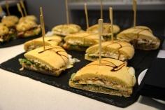 Bocadillo de queso y virutas de jamón con lechuga y cebolla frita