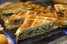 Sandwich vegetal tostado con mahonesa, huevo cocido, tomate natural y lechuga.