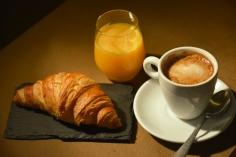 Desayuno dulce: croissant, café y zumo