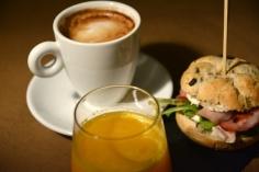 Desayuno salado: bocatita, café y zumo