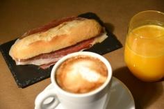 Desayuno salado: bocatita de jamón, café y zumo