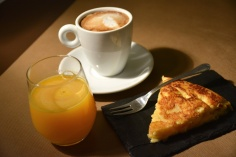 Desayuno salado: tortilla, café y zumo