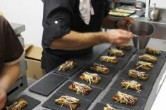 Preparando la torrija de foie con seta enoki