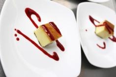 Tarta de queso con salsa de arándanos