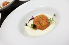 Tartar de tomate con crema de queso espelette