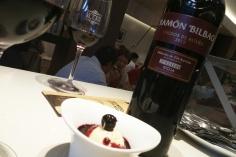 Helado de queso azul con sopa de vendimia y Viñedos de altura de Ramón Bilbao