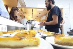 Marcos nuestro pastelero emplatando tartas