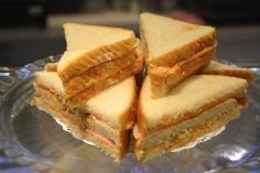 Sandwich de bonito y tomate. Sandwich frío con mahonesa, tomate frito, bonito, huevo cocido y jamón de York.