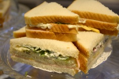Sandwich de lechuga y anchoa. Frío, con mahonesa, huevo cocido, lechuga, anchoa y jamón de York.