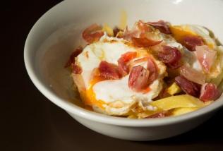 Huevos rotos con patatas y jamón puro de bellota